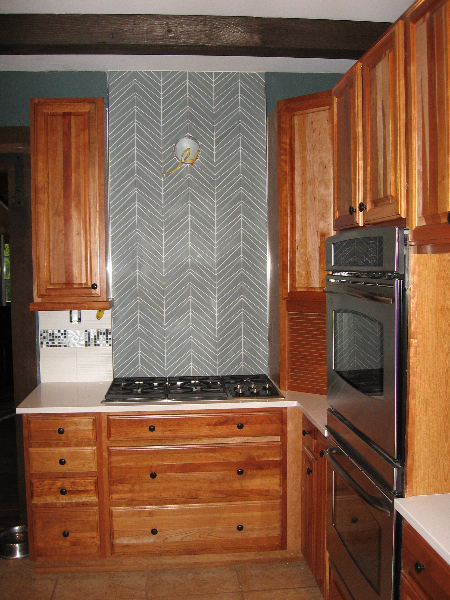 Kitchen backsplash with glass tile