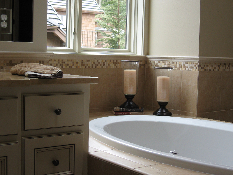 Issaquah Highland\'s Harrison Street Master Bathroom tub back splash